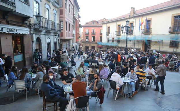 Terrazas repletas de gente en Oviedo./MARIO ROJAS