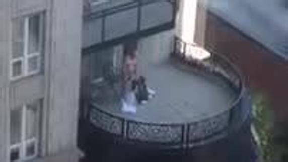 eef610e3c6e3c Un abuelo y dos jóvenes se montan un trío en un balcón de Chicago ...